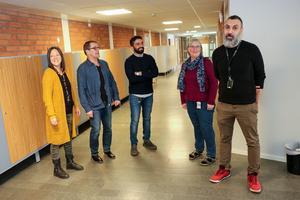 Helena Hammarberg (mentor), Ola Israelsson (fritidsledare), Goran Shemdin (mentor), Karin Palmér (biträdande rektor) och Challe Abdola, är nöjda över att arbetsmiljön blivit bättre både för lärare och elever på Murgårdsskolan.