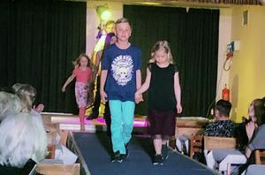 Adam Eriksson och Ida Edlund, Nova Andersson och Elsa Bladin samt Alex Backman visade barnens mode.