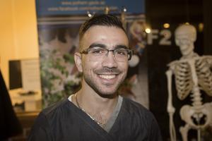Ahmed Summak, studerar tredje året på Vård- och omsorgsprogrammet, och svarade på frågor från besökarna.