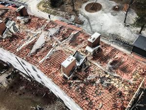 Taket rasade in efter den kraftiga branden i flerfamiljhuset.