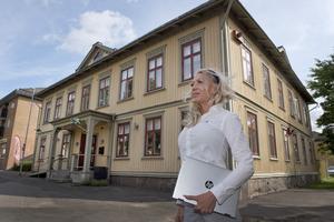Jessica Winbladh på Järnvägshotellet förbereder rum för att ta emot drabbade, om det skulle behövas.