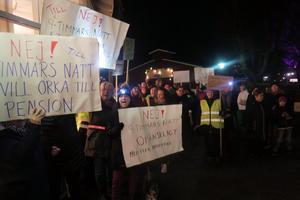 Undersköterskor från omsorgerna i Laxå kommun fortsätter protestera in i det sista mot de schemaförändringar som startar den 9 mars. Bilden är från en demonstration utanför kommunfullmäktige i december. Arkivbild