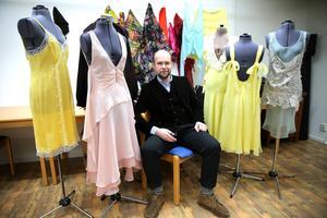 Klänningar gjorda av Lars Nilsson för Nina Ricci i luftig organza, pastellfärger och spets. Själv har Lars även, som sig bör en rättviksdräkt.