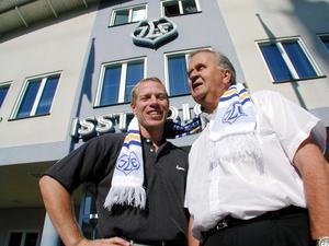 Efter spelarkarriären blev Jonas Bergqvist klubbdirektör för sitt älskade Leksands IF. Här tillsammans med ordföranden Nils-Erik Johansson. Foto: Kjell Jansson