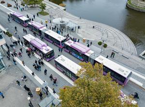 Om bussar tar in passagerare genom alla dörrar blir stoppen kortare.