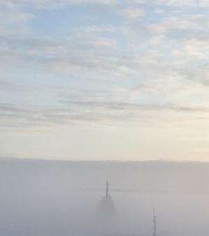 Foto: Sofia Dettmann. Isbrytaren Bore försvinner i dimman som ett sagoskepp. Vy från vardagsrummet..