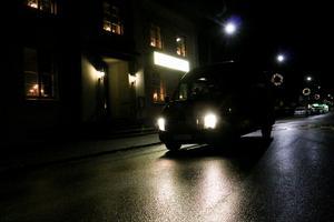 Att Svenska kyrkan erbjuder busskjuts till kyrkan är rutin. På juldagen tar de in Bengt Åhs från Binninge buss extra. Annars skulle det inte gå att ordna med skjutsen till Kvistbro kyrka som startar sin julotta timme innan Hidinge nya kyrka.
