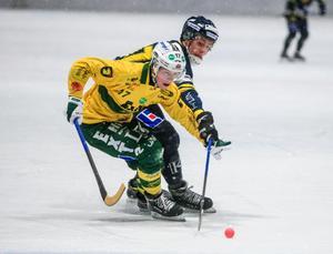 Erik Olsson först på boll när Ljusdal kryssade mot Falu BS hemma på IP.