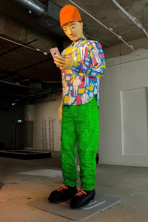 Linea Matei har gått på jakt efter vad en schysst kille är, i en textil installation på Kulturhuset Stadsteatern i Stockholm. Pressbild: Kulturhuset Stadsteatern