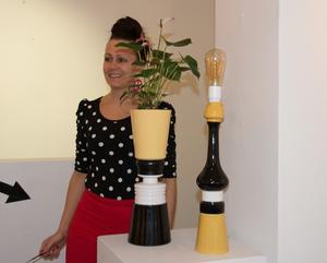 Lisa Larsson med ett par av sina inredningsobjekt som hon bygger samman av loppisföremål.