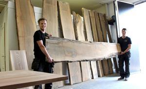 Kristoffer Hedberg och Dennis Andersson har precis hämtat ett ton alm från Skåne.