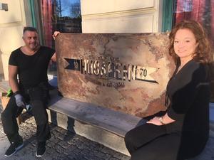 Nu återuppstår kultpuben Husaren i Skövde. Nya ägarduon Michael Kasari och Lotta Larsson har även hittat skylten från öppningen 1970 i källaren och givetvis ska den upp.