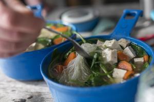 Tofu är enkelt att ha med och det är inte farligt att äta rått heller.