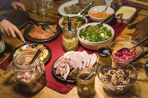Det är tradition på många arbetsplatser att äta julbord tillsammans. Foto: Henrik Holmberg/TT