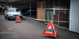 Bilden togs under lördagen när händelsen kom till polisens kännedom och polisen spärrade av kring en adress i Köping.