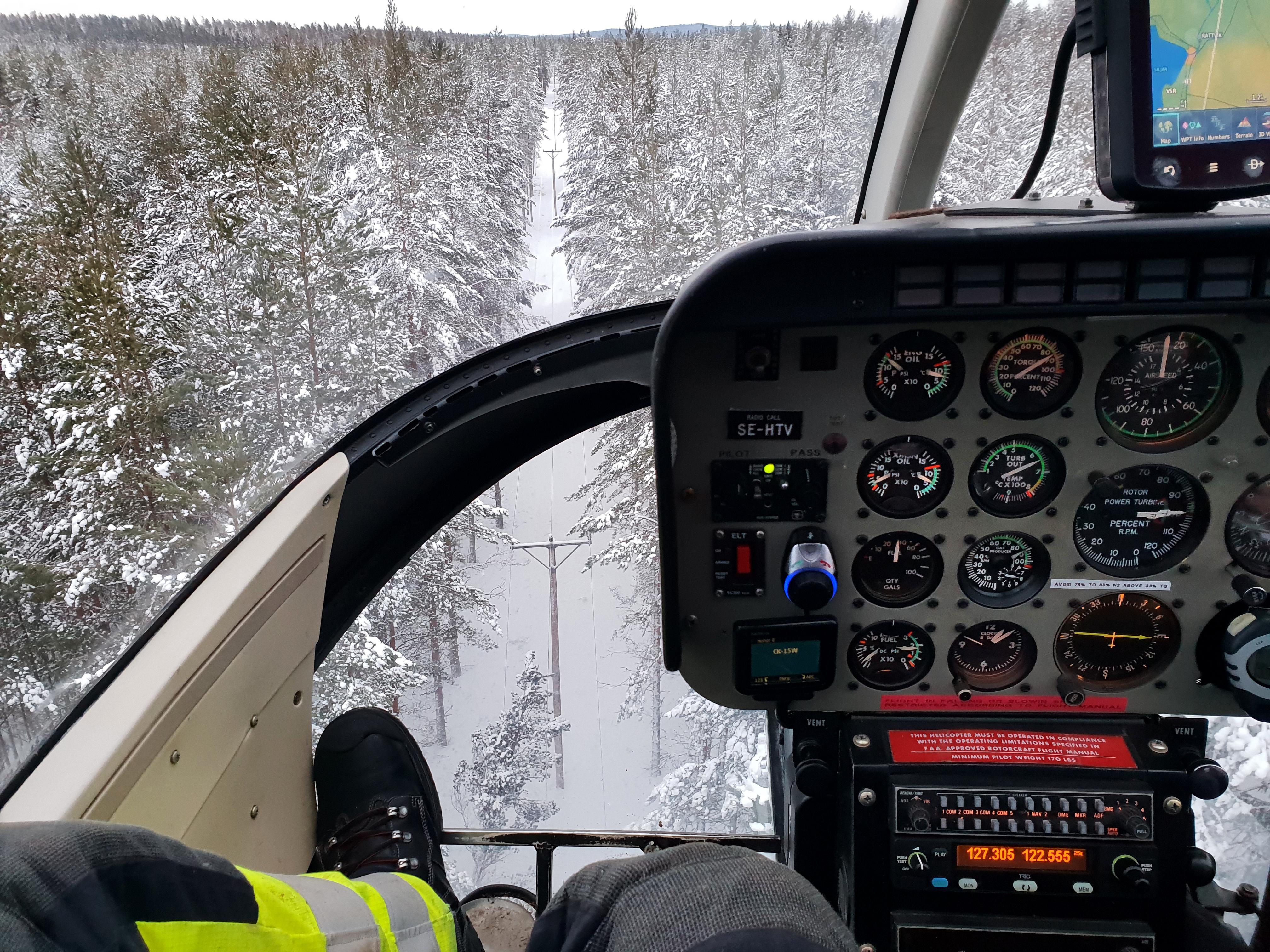 Vid en sån här ledningsbesiktning åker helikoptern mycket fortare och på högre höj än vid en vanlig besiktnig.