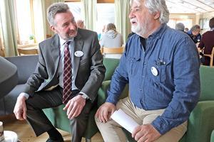 Olle Larsson och Stefan Torssell i diskussion om brister i landets landsbygdspolitik under en fikapaus på årsmötet.