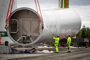 Delarna till ett vindkraftverk är stora och tunga. Foto: OX2