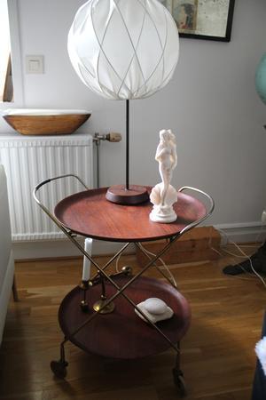 Brickbord i mörk teak. Teak är egentligen inte min grej, men jag föll pladask för det här lilla fina bordet som jag hittade i en lada på Gotland. Lampan är för övrigt köpt på Returbolaget i Västerås.