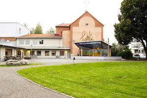 Scenen med Mårten Anderssons konstverk har i sommar återuppbyggts intill Kulturhuset.