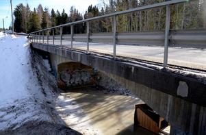 Den gamla bron över Sättnaån är sliten och kommer att bytas ut.