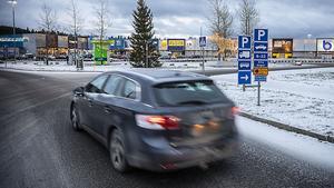 Det finns en parkeringsplatser som tillåter personbilar, lastbilar och bussar på Lillänge handelsplats. Men det finns inga skyltar var de som har hus- eller släpvagn efter bilen kan parkera.