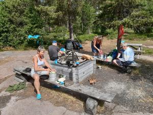 Söndagens lunch intogs efter ett bad vid Tärnättvattnet. Det var 23 grader i vattnet