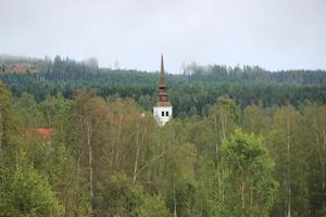 Åmots kyrka sticker upp bland träden. Bygden har väntat länge på att dansbanan ska användas till vad den faktiskt är skapad för.