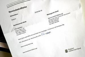 Hemma på kylskåpsdörren sitter remissen från specialisttandvården i Region Västernorrland uppsatt och avslöjar att det är fem års väntetid som gäller.