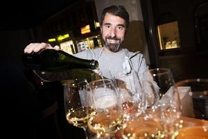 Niklas Landner serverade vin. han är vinimportör och har levererat en del av vinerna till restaurang Naturaj.