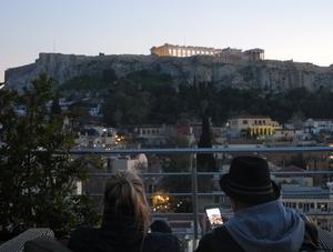 Athen har varit det moderna Greklands huvudstad sedan 1834 och Acropolis, som syns i bilden, är stadens turistmagnet nummer ett. Foto: Lennart Götesson.