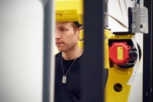 De anställda jobbar på plats i Orsa men de får också resa mycket när det ska installeras robotar på industrier ute i Sverige.