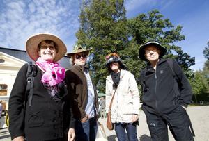 KVARTETT I HATT. Margareta Lindblad, Odd Westby, Ulrika Goude Westby och Willy Westby kom till Wij trädgårdar iklädda skördehatt och blev därför bjudna på entrén.