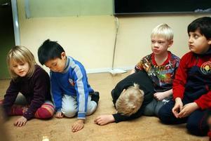 EQ PÅ SCHEMAT. Barnen  får prova att säga meningar med arg, glad eller ledsen röst för att träna sig på att uttrycka och känna igen olika känslor. Med små barn gäller det att göra övningarna så konkreta som möjligt.