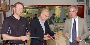 Bandklippning. Ulf Sandberg, Jan Hedlund och Sten H Larsson hjälptes åt med att inviga den nya målerilinjen.