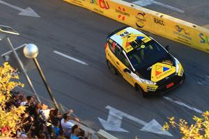 Pontus Lönnström i sin Ford Fiesta R25. Noraföraren hade aldrig tidigare tävlat på asfalt, men tog en sträckseger på det ovana underlaget och ledde sin klass med över 3,5 minuter när han tvingades bryta Spaniens VM-rally på söndagen. Foto: rallypics.nl