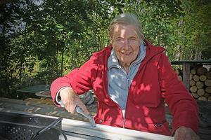 Barbro Johansson i färd med renovering av golvlisterna till en dotters hus i Nyadal.