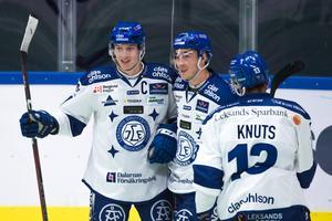 Vännerna Martin Karlsson, Tobias Forsberg och Jon Knuts firar på isen efter mål. Foto: Dennis Ylikangas/Bildbyrån.
