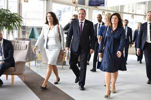 Löfven med sina nya statsråd, till vänster utrikesminister Ann Linde och till höger arbetsmarknadsminister Eva Nordmark och överraskningen Anna Hallberg som utsetts till ny handelsminister skymtar bakom Nordmark.