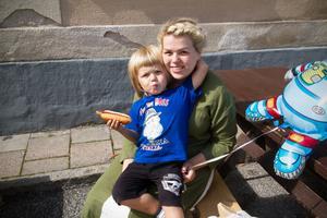 Självklart ville sonen Douglas Haglund också vara med på en bild med mamma Caroline.