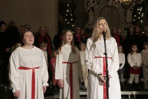 Tärnorna Zimone, Mathilda och Amanda övade två timmar innan publiken kom till kyrkan.