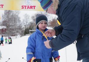 Levi Karlsson, 5, var en av alla duktiga längdskidåkare som förskolläraren Michael Norén tilldelade en guldmedalj.
