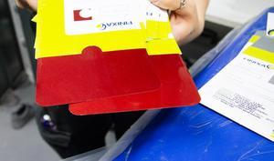 Nyansskillnader i lacken kan vara små. Därför kontrolleras färgnyansen i flera steg så det stämmer överens med den lack som bilen redan har.