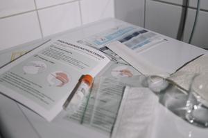 Kit med coronatest för självprovtagning. Foto: Stina Stjernkvist / TT