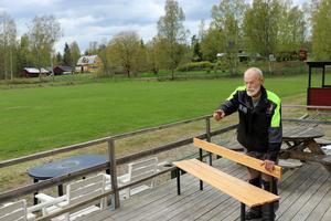 En sprillans ny bänk klar för användning. I bakgrunden syns det gula huset där Kenneth Söderström växte upp. Numera är det hans bror som bor i huset.