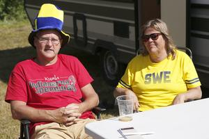 Bengt och Susanne Österberg från Kumla är för andra gången i Hallstavik för att se GP-tävling. – Vi har varit i många länder och sett speedway, säger de.