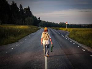 Ludvig Lindblom är på väg hem från midsommarfesten. Foto: Samuel Christiernin