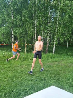 Tvåan Per Andersson, Uppsala (född i Hofors), försökte svalka av sig så gott det gick i hettan. Foto: Christian Länk