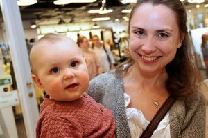 Moa Nilsson Casserly, 11 månader, var en av de yngsta tjejerna på tjejkvällen.