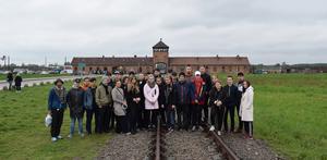 Elever på ABB Industrigymnasium utanför ingången till Förintelselägret Auschwitz-Birkenau.